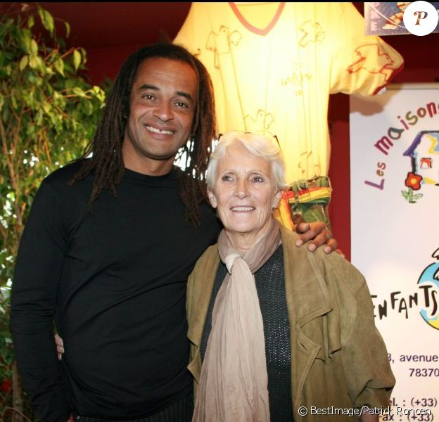 Yannick Noah et sa maman Marie-Claire le 21 avril 2005 lors d'une conférence de presse pour l'association Les enfants du monde