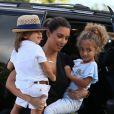 Kim Kardashian, les bras chargés durant sa balade en famille à Miami. Le 3 octobre 2012.