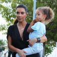 Kourtney Kardashian se promene avec sa soeur Kim Kardashian et ses enfants Mason et Penelope, a Miami le 3 octobre 2012.