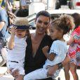 Kim Kardashian, une tante souriante sous le soleil de Miami. Le 3 octobre 2012.