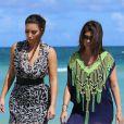 Kim et Kourtney Kardashian se promènent sur la plage et se font filmer pour les besoin de l'émission de télé-réalité familiale, Keeping Up With The Kardashians. Miami, le 3 octobre 2012.