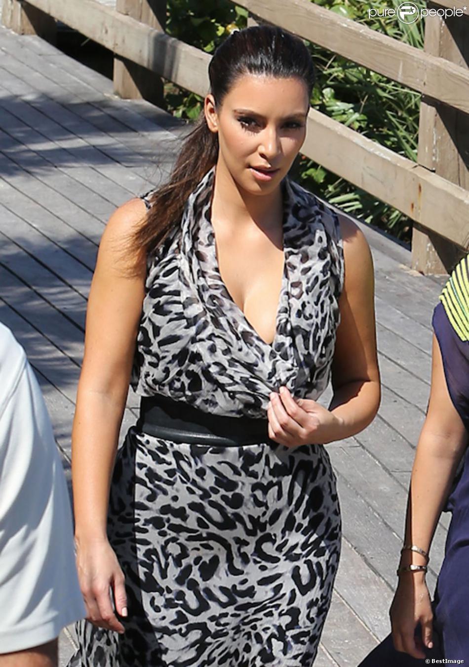 kim kardashian ravissante et en balade sur la plage miami le 3 octobre 2012. Black Bedroom Furniture Sets. Home Design Ideas