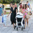 Kim Kardashian et sa soeur Kourtney se dirigent au Miami Children's Museum. Miami, le 3 octobre 2012.