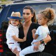 Kim Kardashian joue à la tante idéale près du Miami Children's Museum. Miami, le 3 octobre 2012.