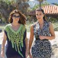 Kim Kardashian et sa grande soeur Kourtney se balade sur la plage et tourne des séquences de Keeping Up With The Kardashians. Miami, le 3 octobre 2012.