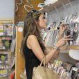 Alessandra Ambrosio va acheter quelques magazines de mode à Los Angeles, le 5 octobre 2012