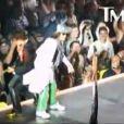 Le chanteur d'Aerosmith poussé dans la foule par son guitariste, en 2010.