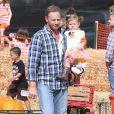 """Ian Ziering, sa femme et leur fille Mia se rendent à la ferme de """"Mr. Bones Pumpkin Patch"""" à Los Angeles le 7 octobre 2012."""