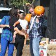 """A la ferme de """"Mr. Bones Pumpkin Patch"""", Ian Ziering est un vrai papa poule avec sa fille Mia."""