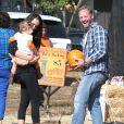 """Ian Ziering, sa femme et leur fille Mia vont tous ensemble à la ferme de """"Mr. Bones Pumpkin Patch"""" à Los Angeles le 7 octobre 2012."""
