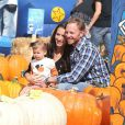 """Ian Ziering pose en famille à la ferme de """"Mr. Bones Pumpkin Patch"""" à Los Angeles le 7 octobre 2012."""