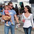 Ian Ziering fait ses courses avec sa femme et leur fille Mia à Los Angeles le 7 octobre 2012.