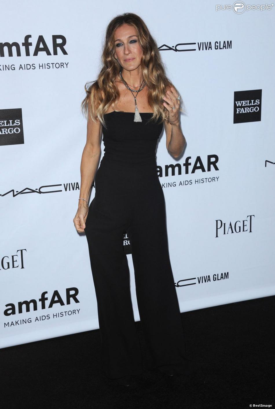 sarah jessica parker en combinaison noire la soir e de gala de l 39 amfar los angeles le 11. Black Bedroom Furniture Sets. Home Design Ideas