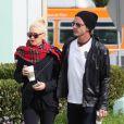 """""""Gwen Stefani et Gavin Rossdale se baladent dans les rues de Studio City, un Starbucks à la main. Le 11 octobre 2012."""""""