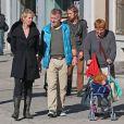 Cynthia Nixon se promène avec sa compagne Christine Marinoni, leur jeune fils et un ami dans les rues de New York le 11 octobre 2012.