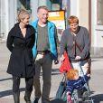 Cynthia Nixon se promène avec sa femme Christine Marinoni, leur jeune fils et un ami dans les rues de New York le 11 octobre 2012.