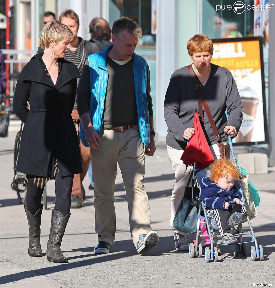 Cynthia Nixon se promène avec sa compagne Christine Marinoni, leur fils et un ami dans les rues de New York le 11 octobre 2012.
