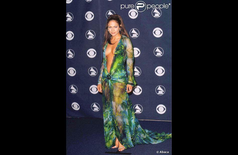 Jennifer Lopez habillée d'une robe Versace issue de la collection prêt-à-porter printemps-été 2000 lors de la 42e cérémonie des Grammy Awards. Los Angeles, le 23 février 2000.