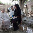 En 2010, l'ambassadrice de bonnne volonté pour le Haut-Commissariat aux réfugiés des Nations-Unies, Angelina Jolie, se rend au Pakistan