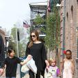 Angelina Jolie avec ses enfants Pax, Vivienne et Shiloh en mars 2012