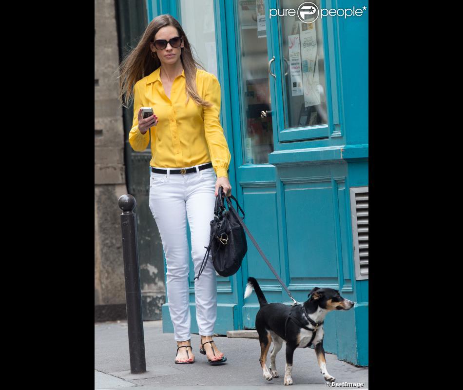 Hilary Swank promène son chien à Paris, en juin 2012.