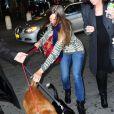 Hilary Swank arrive à l'aéroport international JFK de New York avec ses deux chiens, le 6 mai 2012