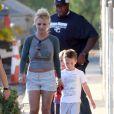 Britney Spears se promène avec ses fils Sean Preston, 7 ans, et Jayden James, 6 ans, à Los Angeles, le vendredi 19 octobre 2012.