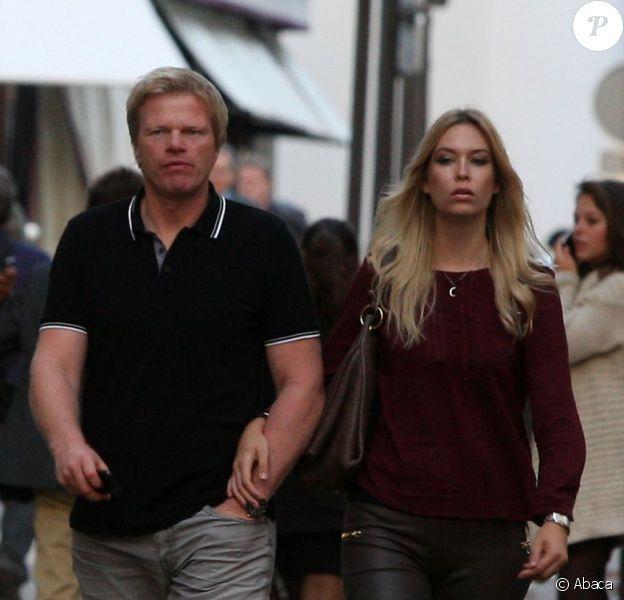 Oliver Kahn, ancien gardien légendaire du Bayern Munich, et sa jeune femme Svenja arpentent la rue Montaigne à Paris le 22 octobre 2012