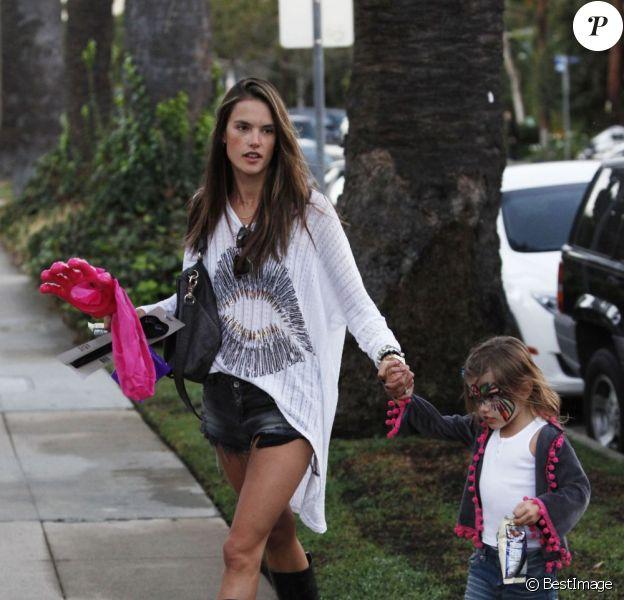 Alessandra Ambrosio se rend chez Mr Bones Pumpkin Patch à Los Angeles le 23 octobre 2012