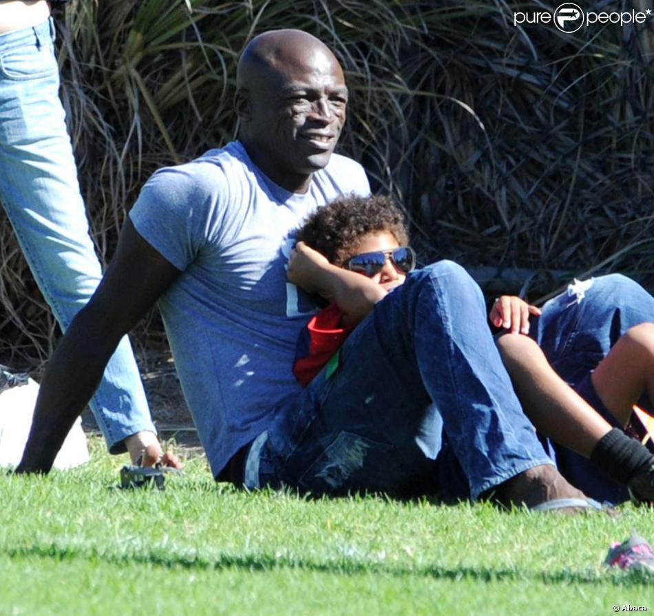Seal se détend avec son fils au parc à Los Angeles le 27 octobre 2012.