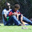 Le chanteur Seal passe un moment tendre avec son fils à Los Angeles le 27 octobre.