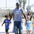 Seal main dans la main avec ses enfants à Los Angeles le 27 octobre 2012.