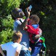 Seal joue avec ses enfants au parc et les prend en photo à Los Angeles le 27 octobre 2012.
