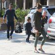 Jessica Alba, Cash Warren et leurs filles Honor et Haven vont prendre leur petit déjeuner au restaurant le Pain Quotidien à West Hollywood le 3 novembre 2012