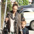 Jessica Alba et sa fille Honor vont prendre leur petit déjeuner au restaurant le Pain Quotidien à West Hollywood le 3 novembre 2012