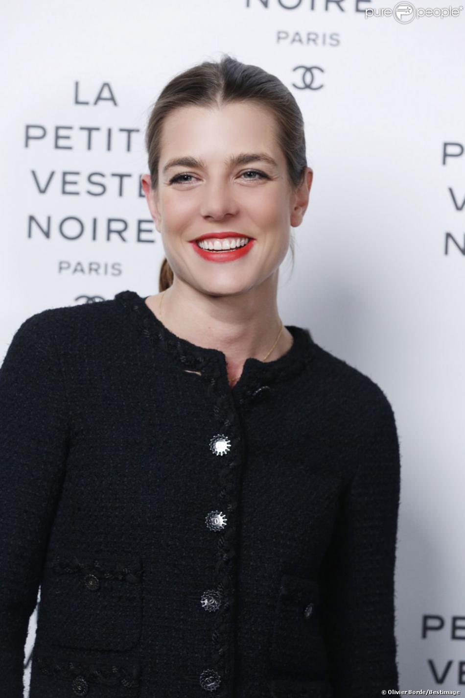 Charlotte Casiraghi arrive à la soirée Chanel pour l'exposition La Petite Veste Noire le 8 novembre 2012 à Paris.