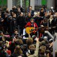 Matthieu Chedid, aka -M- a donné un concert surprise dans le métro parisien à la station Jaurès devant des usagers surpris et enthousiastes le 9 novembre 2012