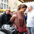 Katie Holmes va travailler avec son dernier it-bag le JL de Lanvin à la main ! Elle se rend au théâtre The Music Box à Broadway où elle joue dans Dead Accounts . New York le 10 novembre 2012.