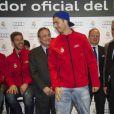 Cristiano Ronaldo reçoit sa nouvelle voiture sur le circuit de Jarama dans la banlieue de Madrid le 8 novembre 2012