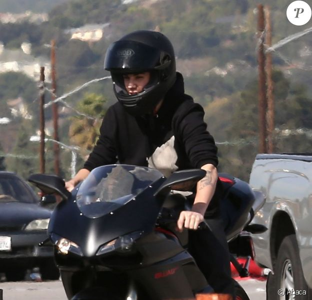 Le chanteur Justin Bieber sur sa moto Ducati le 14 novembre 2012 à Los Angeles.