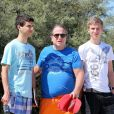 Retrouvailles, après des années de séparation, de Paul-Loup Sulitzer et ses fils James et Edouard au Club 55, près de Saint-Tropez, le 16 juillet 2012.