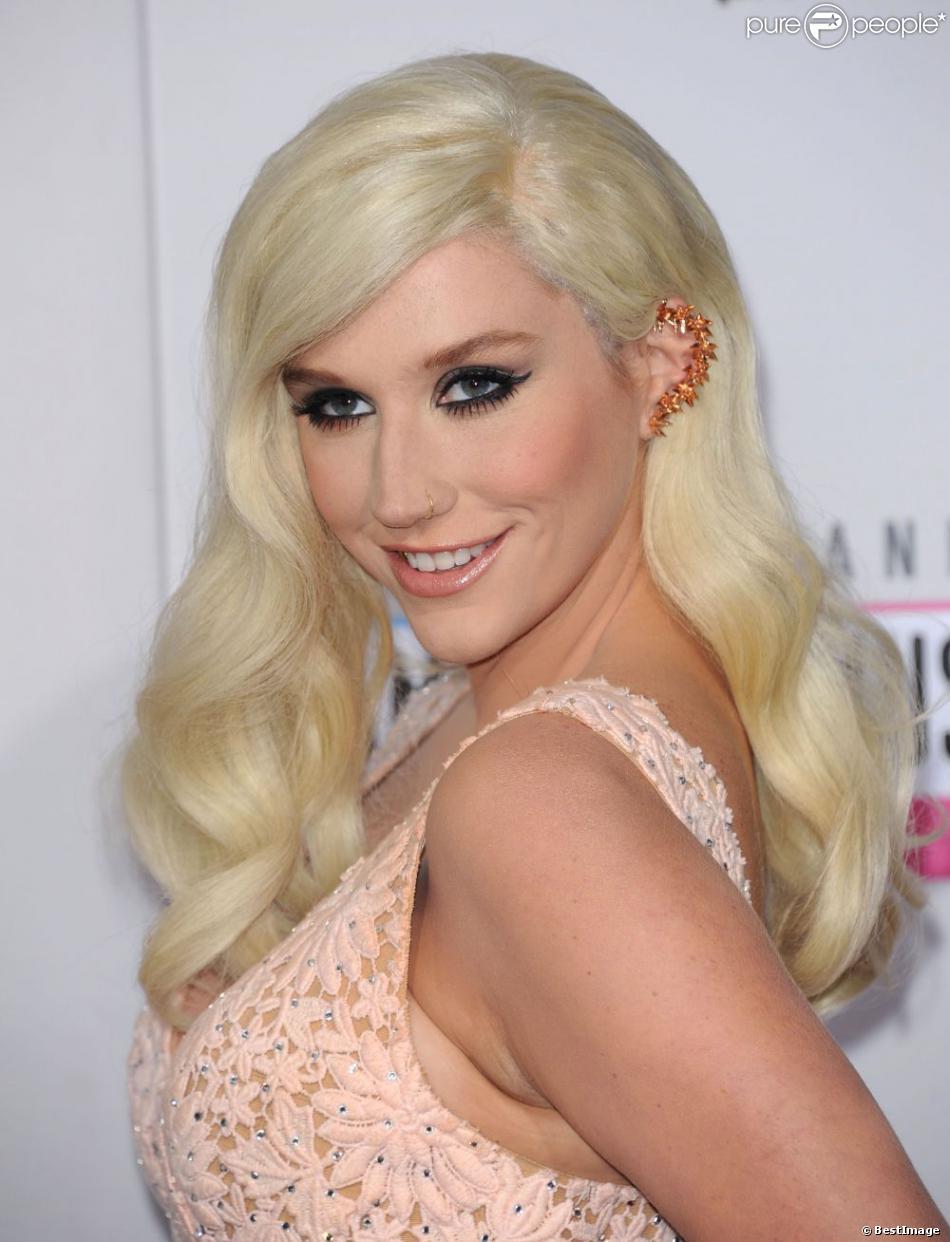 Ke$ha très sobre en robe rose à la 40e cérémonie des  American Music Awards  à Los Angeles le 18 novembre 2012.