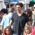 Gilles Marini, sa fille Julianna et une amie étaient au marché de  Studio City Farmers Marke t, le 18 novembre 2012.