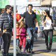 Gilles Marini, sa femme et sa fille Julianna étaient au marché de  Studio City Farmers Marke t, le 18 novembre 2012.