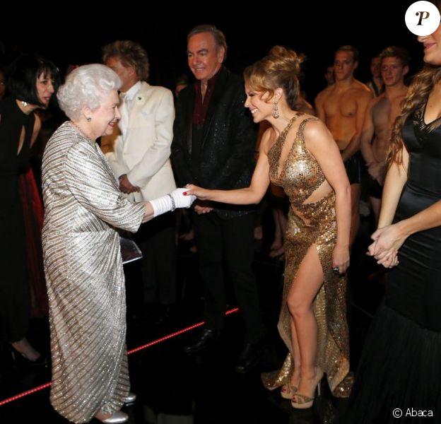 Kylie Minogue, ravie, fait la révérence devant Elizabeth II. 100e gala du Royal Variety au Royal Albert Hall, à Londres, le 19 novembre 2012, en présence de la reine Elizabeth II et du prince Philip.
