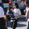 Sandra Bullock se rend à une fête de Thanksgiving avec son fils Louis et son père John à Beverly Hills le 21 novembre 2012.