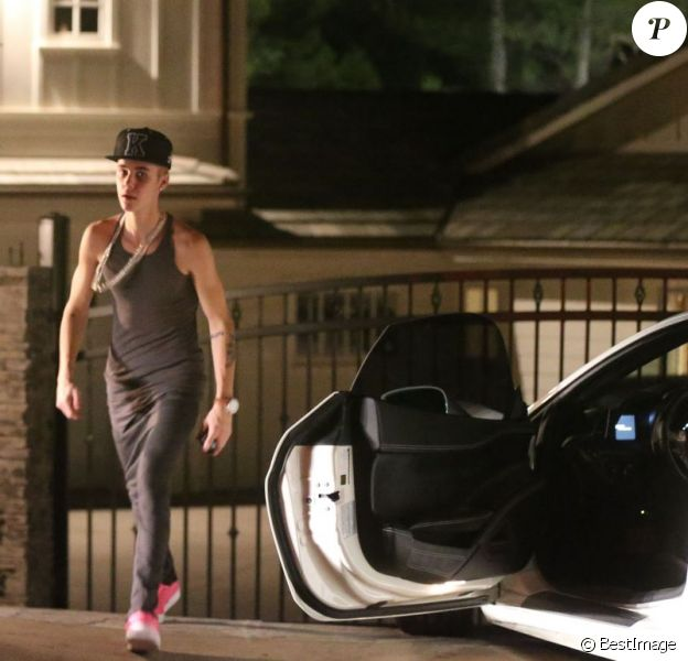 Justin Bieber devant le portail de son ex Selena Gomez, qui refuse de le laisser entrer chez elle après une dispute à Los Angeles, le 16 novembre 2012.