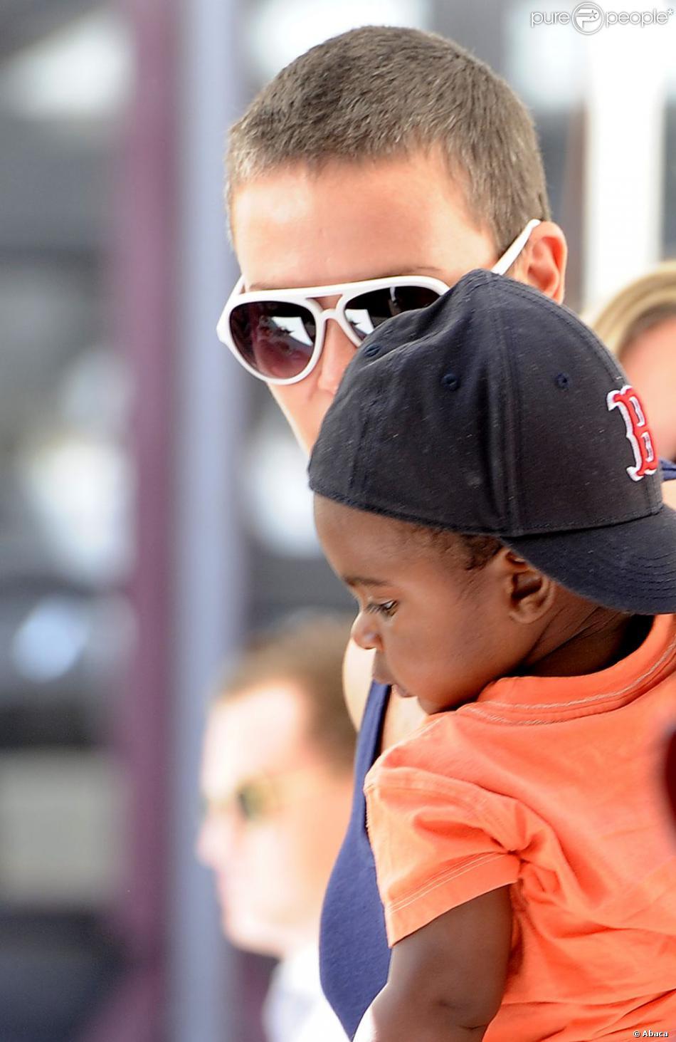 Charlize Theron se balade avec Jackson dans les rues de Cape Town (Afrique du Sud), le 23 novembre 2012.