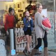 Miley Cyrus se rend dans une animalerie avec sa soeur Noah et sa mere Leticia à Los Angeles le 26 Novembre 2012.