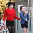 Miley Cyrus sort d'un refuge animalier avec sa soeur Noah à Los Angeles le 26 Novembre 2012.